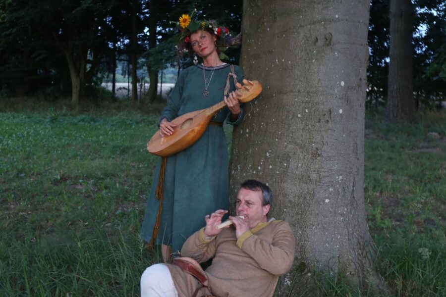 "A series of archaic singing workshops ""Sing the song of your life""."